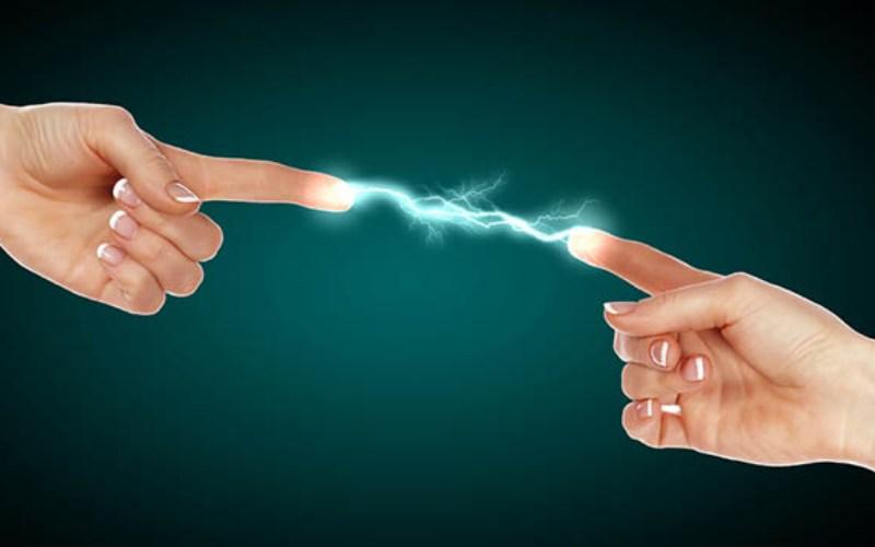 Электростатистический разряд Мощная вспышка энергии может произойти, когда заряд электричества мгновенно разряжается в условиях очень высокого напряжения и чрезвычайно низкого тока. Этот электростатистический разряд (ЭСР) может вызвать шок у человека или создать искру, способную поджечь топливные пары. В детстве, когда мы терли воздушный шарик об голову, а затем ради смеха тыкали друг в друга пальцами, мы создавали электростатистический разряд.