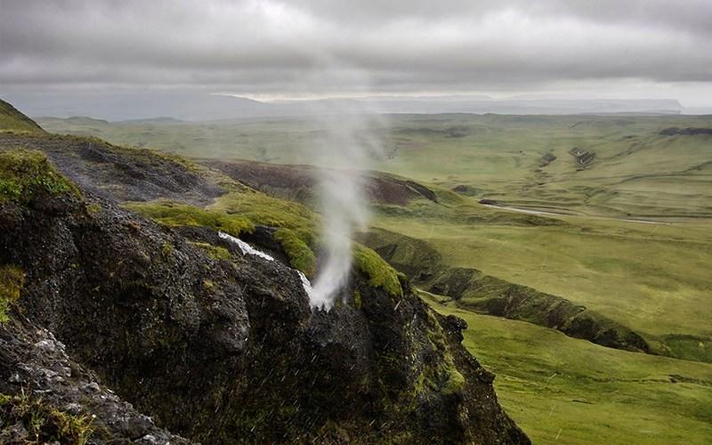 Водопад Вайпугия, Гавайи Вопреки законам гравитации, водопад Вайпугия, или как еще его называют «Перевернутый» водопад не течет в том направлении, в котором, как можно предположить, он должен течь. Это природное явление на самом деле вызвано сильными ветрами, поднимающими столбы воды вверх. Данный перевернутый водопад находится на Гавайях, но подобные ему находятся еще в Ирландии, Исландии и Великобритании.