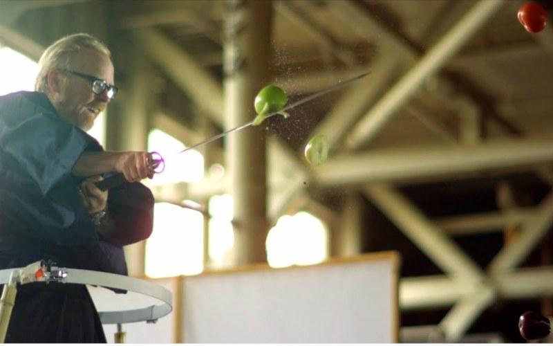 Мифический ниндзя Doom, конечно, стрелялка легендарная, но все-таки по дороге на работу мы запускаем на своих гаджетах совсем другие игрушки – например, Fruit Ninja, в которой нужно всего лишь как можно быстрее водить пальцем по экрану, разрубая катаной пиксельные ананасы, арбузы и прочие углеводы. Механика проста донельзя – роль играет то, насколько мастерски фруктовый самурай крошит дары природы (скорость, частота комбо, своевременная реакция). Тем не менее, суть игры по-настоящему заинтересовала Разрушителей – они решили проверить, можно ли порубить в воздухе катаной настоящие фрукты. Но если в игре за минуту Адаму удалось нанести почти 100 ударов, то в жизни все оказалось намного медленнее. Три профессиональных фокусника занимались тем, что подкидывали фрукты в воздух, но удачных взмахов меча от этого больше не стало – Адам нанес всего 30 точных ударов. Помимо того, что самому ведущему до самурая далеко, и он частенько промахивался, фокусники то и дело пуляли фрукты мимо или подкидывали их недостаточно высоко. Вторая попытка была удачнее – 55 попаданий, но до игровых показателей все равно дотянуть не удалось. Интересно, что у Джейми, который предпочел не катану, а старую добрую бензопилу, результат был намного лучше, но так как игра все-таки называется «Фруктовый ниндзя», а не «Фруктовая резня бензопилой», опыт провалился.
