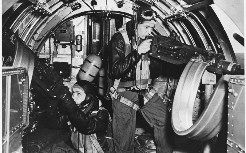 Летающая крепость В прототипе, покинувшем сборочный цех 17 июля 1935 года, использовались все последние достижения военной мысли того времени. Он имел цельнометаллическую конструкцию, убирающиеся шасси, закрытую кабину и бомбоотсек, закрывающийся электроприводом. Защиту от врага обеспечивали пулеметы, торчавшие из самолета буквально со всех сторон. Прозвище «Летающая крепость» появилось благодаря одному журналисту, присутствующему при демонстрации ощерившегося турелямибомбардировщика, и так и закрепилось за ним.