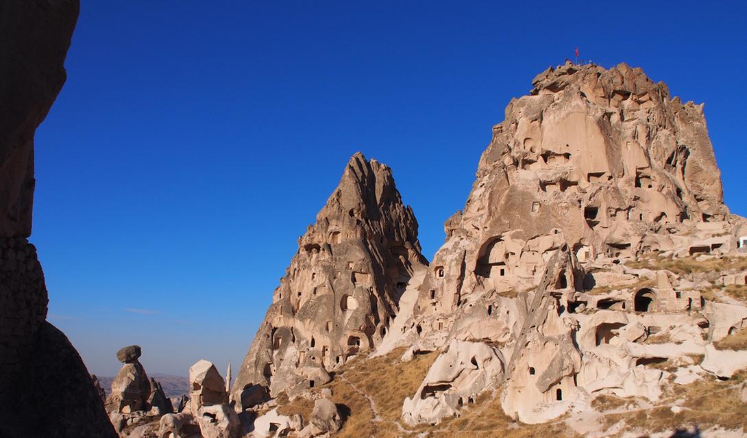 Учисар Турция Сотни маленьких комнат выдолблены в склонах горы Учисар — самой высокой точки Каппадокии. Комнаты соединены туннелями и проходами, но большая часть из них сейчас разрушена.