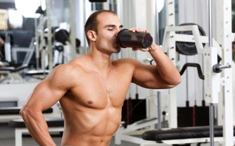 Питьнедостаточно Мы говорим про воду, конечно же. Потеря телом всего 3% жидкости может привести к серьезной потере выносливости и воспрепятствовать тренировке. Употребление же достаточного количества воды до, во время и после тренировки может увеличить производительность до 25%. Пейте как минимум 3 литра воды в день для поддержания в норме водного баланса.