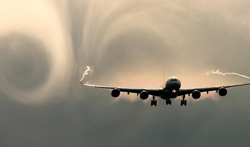 Избегание рисков Само собой, каждый коммерческий пилот просто обязан сделать все, чтобы максимально обезопасить полет. Авиакомпании прокладывают маршруты вокруг возможных грозовых фронтов: пусть это и не опасно, но довольно пугающе для любого пассажира. По той же причине, коммерческие самолеты никогда не спускаются над горами ниже 3050 метров.