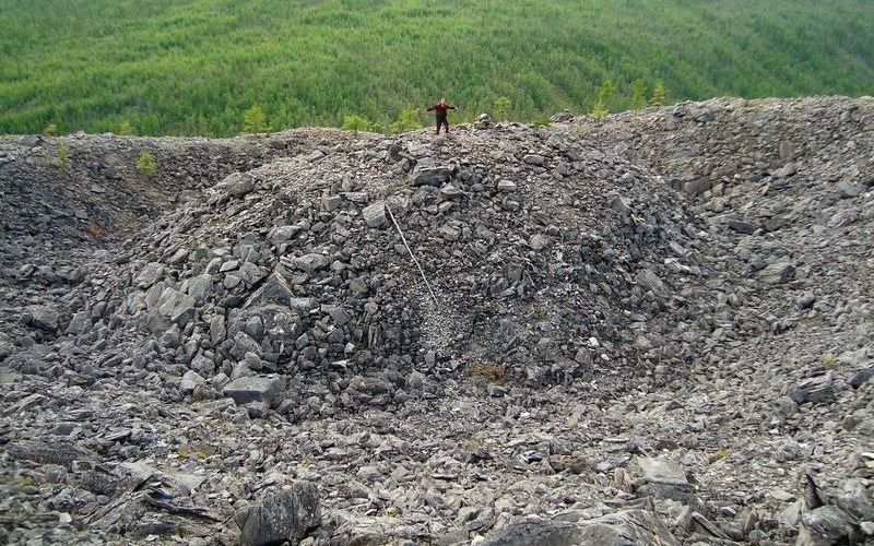 Гипотеза рождения вулкана Форма кратера в виде насыпного с крутыми склонами кратера усеченного конуса характерна для нынешних вулканических построек. Наглядным примером такой структуры является вулкан Карымский на Камчатке. Однако Патомский кратер слишком далеко расположен от областей так называемого активного четвертичного вулканизма, а поблизости больше нет ни следа вулканического материала.