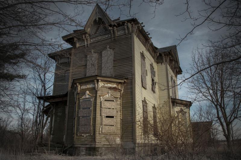 В этом доме в середине 20 века разыгралась еще одна семейная драма. Некий Бенджамин Олбрайт сначала убил своего сына, а потом свою жену и себя. С 1958 года дом стоит нетронутым, сохраняя историю и все личные вещи семьи.