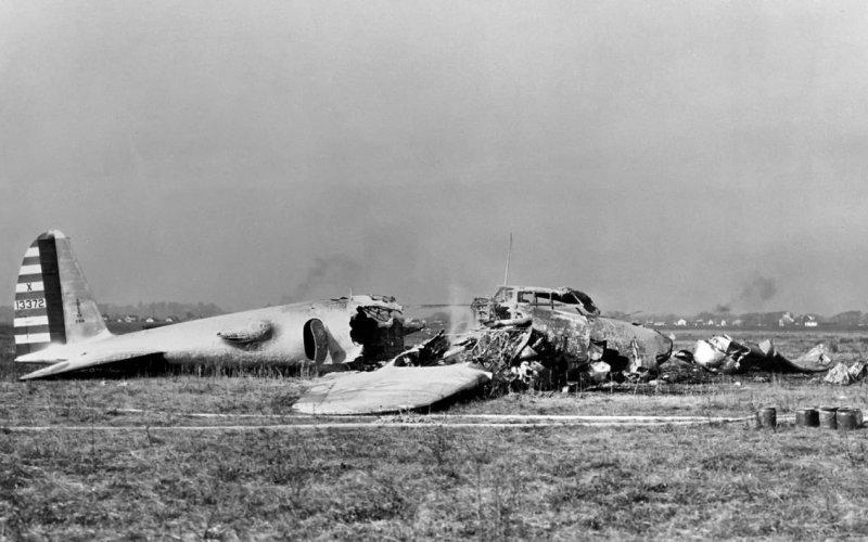 Крах воздушного замка На сравнительных испытаниях бомбардировщиков, созданных в рамках тендера, В-17 с легкостью обходил своих конкурентов, ставя рекорды как по скорости, так и по дальности полета. Однако по вине неудачно сложившихся обстоятельств фирма «Боинг» потеряла заказ, бывший практически у нее в руках. 30 октября пилоты допустили техническую ошибку, стоившую им жизни – самолет рухнул на землю и сгорел.
