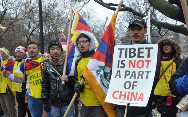 Тибет Годы существования: с 1912 по 1951 гг. В истории Тибета, насчитывающей несколько тысяч лет, 1912 год – дата знаменательная. Именно тогда Далай-Лама XIII объявил о независимости Тибета от Китая и провозгласил независимое Тибетское государство. В 1951 году китайские войска вторглись в Тибет и оккупировали его. В 1959 году вспыхнуло восстание, направленное против китайских захватчиков, но оно было быстро подавлено. Тибетцы призывают к независимости по сей день, и у них имеется множество сторонников среди мировых политиков и известных деятелей науки и искусства.