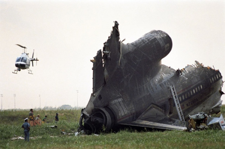 191 Delta Air Год аварии:1985 Модификации:погодные локаторы  Самолет Lockheed L-1011 шел на посадку в аэропорту Даллас/Форт-Уэрт, когда на высоте 180 метров лайнер попал в сильный сдвиг ветра в сторону земли. Борт задел землю и на скорости 400 км/ч влетел в водонапорные башни аэропорта. 134 пассажира из 194, находящихся на борту, погибли. Расследование катастрофы показало необходимость усиления погодных локаторов. С середины 90-х годов обязательным оборудованием лайнеров стали погодные радары с функцией определения сдвига ветра.