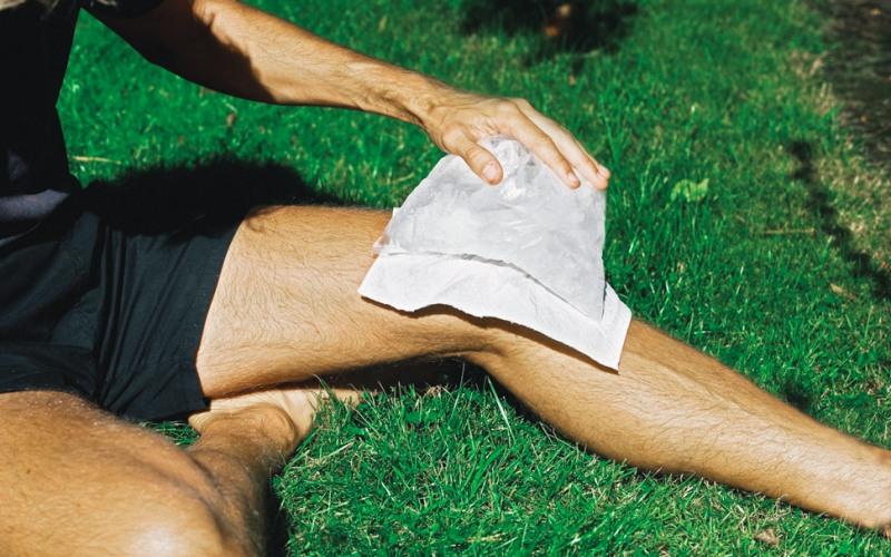Сроки применения Врачи рекомендуют прикладывать лед сразу после возникновения острого повреждения мягких тканей. Если такой возможности нет, это непременно нужно сделать в ближайшие 24-48 часов. По истечении двух суток, травма уже не поддается охлаждению льдом. К этому времени отек уже развился и тут уже в игру вступает лечение теплом. Примерно через 72 часа, именно тепло поможет оправиться от травмы, затрагивающей мышцы. Тепло может помочь опухшим мускулам восстановить гибкость, но не в первые 48 часов, когда оно ускорит все вредные процессы, которые замедляет лед.