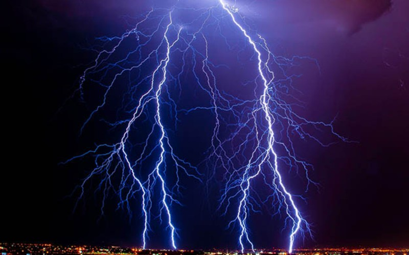 Молния – форма ЭМИ Когда энергия импульса вырастает, она может нанести вред постройкам и людям. Молния является самой мощной формой ЭМИ. Электростатистический разряд молнии может быть опасным и фактически может стать причиной пожара. К счастью, большинство молний замыкаются в землю, где электрический разряд поглощается. Молниеотвод, изобретенный Бенджамином Франклином, позволил спасти множество зданий от пожаров, которые могли вызватьмолнии.