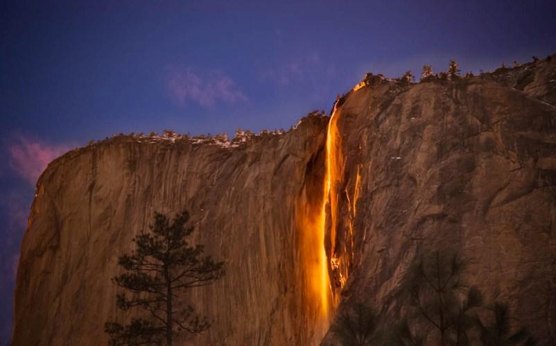 Огненный водопад, Калифорния Каждый год в феврале с низвергающейся с высоты водой происходят примечательные метаморфозы. Солнечные лучи, подсвечивающие под определенным углом водный поток, создают странную иллюзию: кажется, что со скалы высотой 650 метров течет раскаленная лава. У водопада есть и другое именование – Хорстейл или «Конский хвост», которое он получил из-за необычной формы водяных потоков.