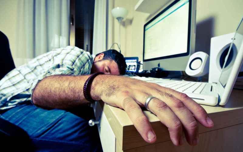 Яркий экран нарушает сон Невроли утверждают, что свет, который излучают телефоны, планшеты и компьютеры, подавляет выработку мелатонина, гормона сна. В прошлом, когда наступала ночь, мозг секретировал мелатонин, который говорил нашему телу, что пора отключиться на несколько часов. Даже искусственный свет подавляет эту реакцию, заставляя мозг считать, что на улице еще день. Каждый раз, перед сном проверяя входящие сообщения, вы убеждаете свой мозг держать вас бодрым. И недостаток сна может привести к депрессии, когнитивным расстройствам, а потом, да-да, к организации собственного бойцовского клуба.