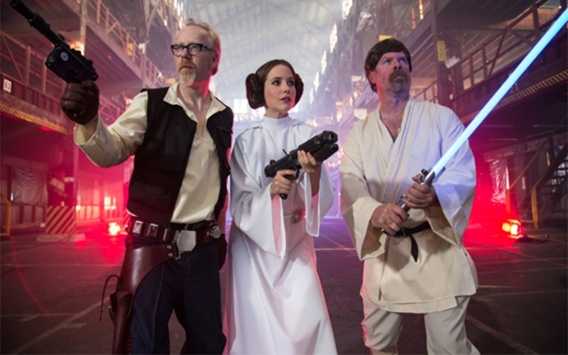 Люк, я правда твой отец! Как бы сейчас сказали олдскульщики, «в прежние времена даже фантастические фильмы были честнее, а сегодня сплошная компьютерная графика и ноль смысла!». Сказали бы – и были бы правы, ведь в программе «Разрушители легенд» все три мифа из культовой саги «Звездные войны» получили статус «подтверждено». Первая сцена, которую воспроизводили Разрушители – побег Люка Скайуокера и принцессы Леи со «Звезды смерти», когда они, отступая от гвардейцев, оказались перед пропастью. Неправдоподобным в ней выглядит то, насколько лихо Люк закинул трос на какой-то крючок, и изящно, в стиле Тарзана, перелетел на нем на другую сторону, держа принцессу за талию. Сказать, что Адам и Джейми сомневались в успехе мероприятия – ничего не сказать, хоть принцесса у них была самая что ни на есть «правильная» – красавица София Буш, одетая точно как Лея. Страховки ради пол застелили матами, но они, к счастью, не понадобились – с небольшими, но не критичными неудобствами, беглецы спаслась от воображаемых гвардейцев, а репутация создателей «Звездных войн» не пострадала. Миф прошел проверку на прочность!