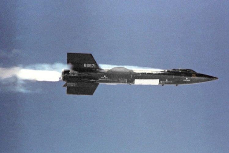 Х-15. 1958 год. Первый в истории пилотируемый гиперзвуковой летательный аппарат-самолет, совершивший суборбитальный космический полет. В 1961 году летчик-испытатель Джо Уокер достиг высоты 108 километров —этого хватило, чтобы его причислили к астронавтам. Х-15 до сих пор держит рекорд скорости: в 1967 году летчик Пит Найт разогнал самолет до 7,273 км/час, и никому еще даже близко не удалось подобраться к этой цифре.