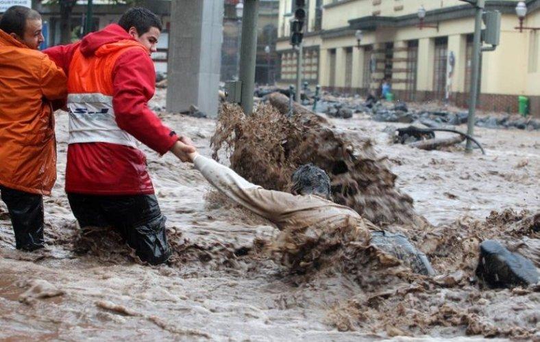 Температурная аномалия в мире и в России Наибольший удар традиционно принимают на себя тропические зоны Южной Америки. В Бразилии и Аргентине происходят сильные наводнения, а в Перу и Боливии случаются многодневные зимние снегопады, что не характерно для данных регионов планеты. До поры до времени влияние Эль-Ниньо на Россию было практически неуловимым. Однако когда в октябре 1997 года в Западной Сибири температура воздуха поднялась выше 20 градусов, специалисты заявили об отступлении вечной мерзлоты на север. В августе 2000 года именно воздействием Эль-Ниньо МЧС объяснили целый ряд ливней и ураганов, прошедших над страной.