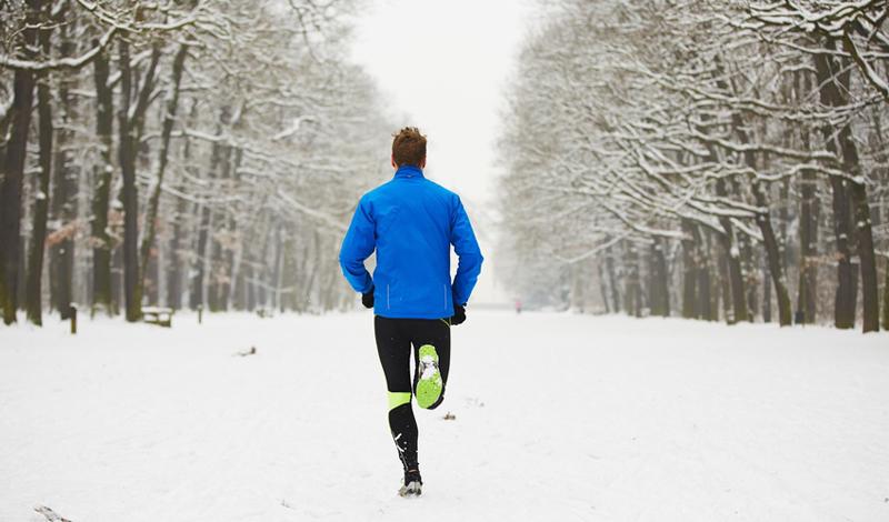 Бег в мороз Один из самых старых и самых устойчивых мифов: бегать зимой — значит гарантированно портить себе здоровье. Это, на самом деле, не так. Если вы оденетесь по погоде и обеспечите тепло голове, рукам и ногам, то никаких проблем пробежка не принесет. Более того, шанс подхватить вирус в офисе, или в домашнем уюте, гораздо более велик, чем заболеть на пробежке.