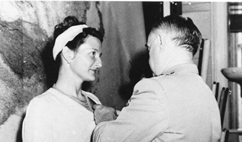 Одноногая диверсантка Вирджиния Холл потеряла ногу за несколько месяцев до начала Второй мировой войны. Эта травма поставила крест на ее карьере в дипломатической службе. Вместо этого, Холл решила стать диверсантом. Во время оккупации Франции, Вирджиния проскользнула на захваченную территорию, украв торпедный катер у собственного командира. Здесь она обучила целых три батальона французского сопротивления и провела несколько блестящих диверсионных и разведывательных операции. Ее команда уничтожила свыше полутора сотен личного состава германской армии, разрушила четыре моста и спустила с рельс 15 поездов.
