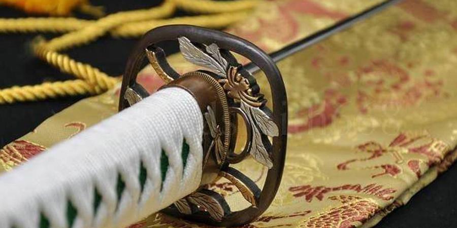 Катана Катана была основным оружием каждого ниндзя. Меч делался из нескольких слоев стали, которые опытный оружейник складывал несколько раз. Катана воинов тени отличалась от самурайской — та была длиннее почти на 20 сантиметров.