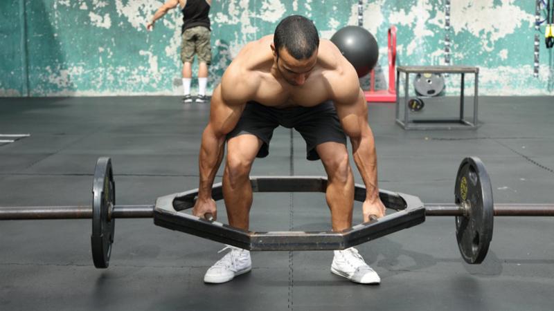 Оставьте свое эго у дверей Многие люди совершенно серьезно рассчитывают, что каждая тренировка вынесет их на пик: больше подходов, больше весов, вперед к рекордам! Само по себе стремление прогрессировать — довольно неплохой толчок к хорошей тренировке. Но, иногда, вы просто не можете показать лучший результат. На то есть десятки причин: усталость мышц, обезвоживание, недосып — и просто выход на плато. Очень важно, чтобы результат даже самого слабого занятия не стал внутренним разочарованием. Не стоит опускать руки, только потому, что день был не удачным. Такой подход — чуть ли не главная причина, по которой человек может вообще бросить заниматься собой.