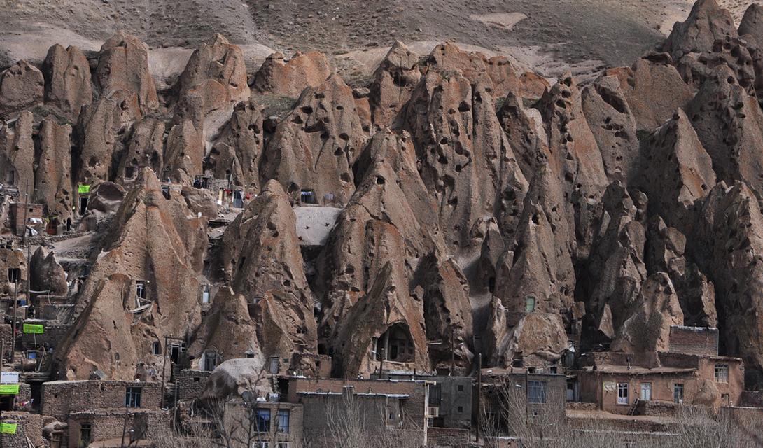 Кандован Иран Пещеры Кандован были заселены в течение семи веков. Из древних жилищ они превратились в современные дома. Присмотритесь внимательно: сейчас тут есть пластиковые окна, силовые провода, двери, дымоходы и даже водопровод.