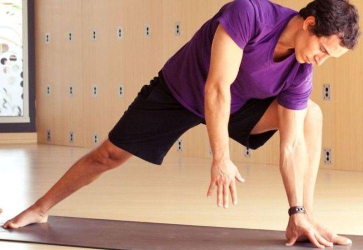Забыть разогреться В то время как статическая растяжка наиболее эффективна в качестве заминки после воркаута, перед тренировкой мышцы следует разогревать иным способом. Разминка, максимально активирующая мышцы за 5-10 минут до тренировки, должна включать в себя такие движения, как ходьба выпадами, ходьба на месте и приседания.