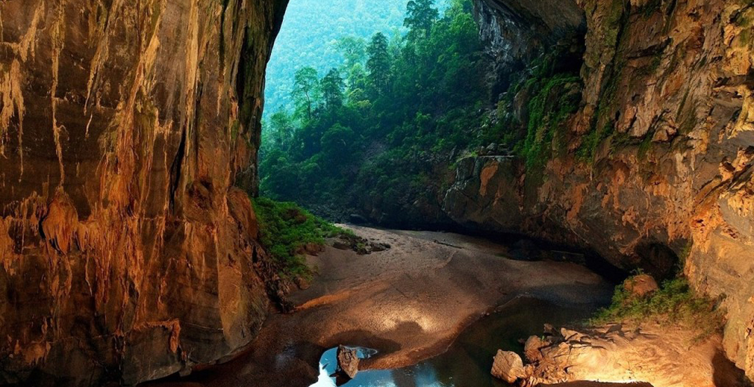 Сон-Донг, Вьетнам Пещера находится недалеко от границы Вьетнама и Лаоса и входит в тройку самых крупных подземных систем мира. Тем удивительнее, что нашли ее совсем недавно — в 1991 году, когда местный фермер Хо-Хань наткнулся на дыру в земле, в которую уходил ручей. Британские спелеологи, которые первыми исследовали пещеру, были поражены – почти два с половиной миллиона лет пещера была неизвестна людям.