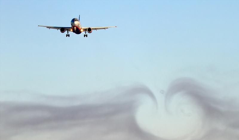 Механическая турбулентность Такой тип турбулентности возникает, когда природные элементы, или же возведенные людьми небоскребы нарушают естественные воздушные потоки. Это довольно опасно, однако, легко предсказуемо: пилотов специально учат просто избегать полетов вблизи крупных объектов на малой высоте.