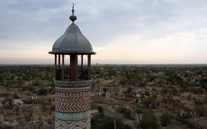 Агдам, Азербайджан Во время войны 1993 года все населения Агдама было вынуждено сбежать на восток. Враг, занявший город, разрушил большую его часть. Одним из уцелевших зданий является мечеть, которая хоть и не избежала серьезных повреждений, но все еще стоит в одном из районов города-призрака.