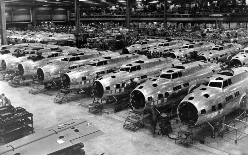 Второй шанс Впрочем, вскоре «Боинг» было предложено построить для дополнительных испытаний серию из 13 усовершенствованных самолетов – в штабе Авиационного корпуса верили в светлое будущее четырехмоторных бомбардировщиков. Новые модели со скрипом, но все-таки прошли испытания и поступили в распоряжение эскадрильи второй бомбардировочной группы.