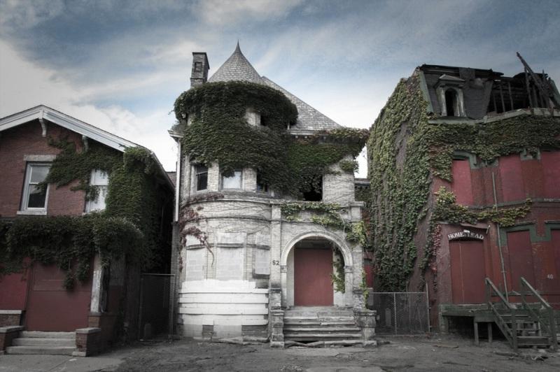 Этот расположенный в Детройте дом в округе называют домом с привидениями. В 1942 году здесь произошло тройное убийство, после чего дом забросили.