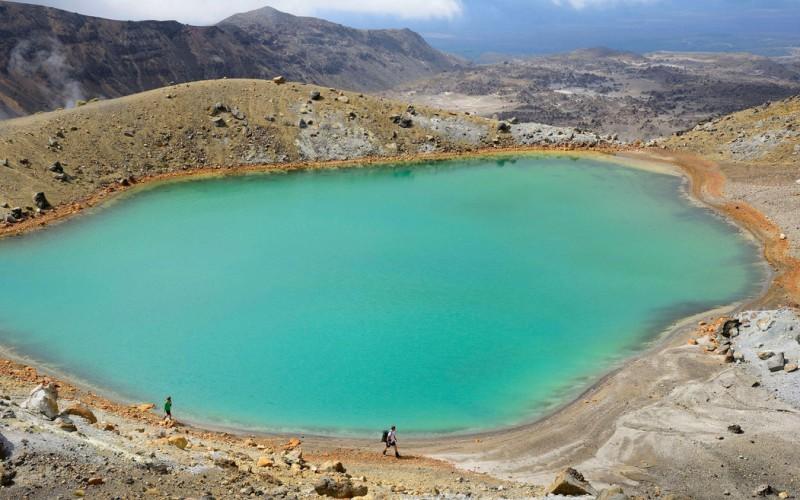 Изумрудные озера Северный остров, Новая Зеландия  Эти озера находятся в национальном парке Тонгариро в Новой Зеландии, самом старом парке страны. Сквозь заповедник проходит 18-километровый пеший маршрут, огибающий зеленые озера потухшего вулкана Тонгариро. Свой цвет, меняющийся от бледно-голубого до изумрудно-зеленого, водоемы приобрели благодаря вулканическим минералам, растворенным в воде.