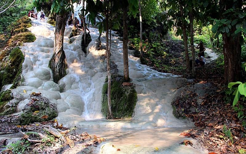 Липкий водопад, Таиланд Как правило, камни, по которым стекает вода, гладкие и скользкие, но водопад Буа Тонг ломает этот шаблон. Вода течет по ярусам пористого известняка, прилипающего к ногам. Причем, так крепко, что подняться на вершину водопада можно совершенно спокойно, не боясь поскользнуться.