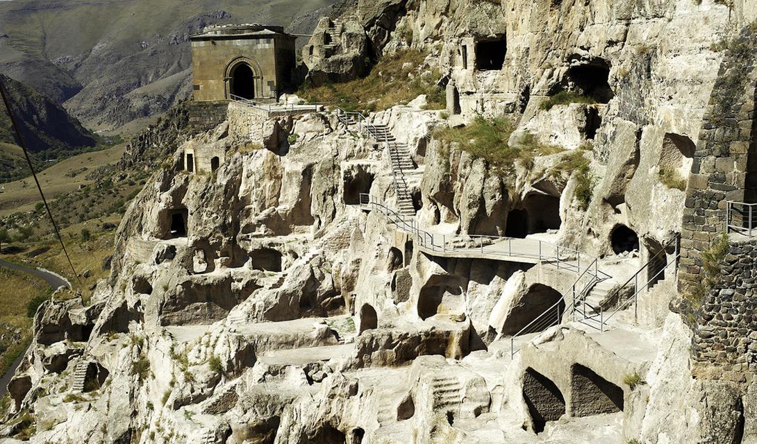 Вардзиа Грузия В конце 1100-х годов, царица Тамара приказала начать строительство подземного святилища, чтобы защитить людей от нападения монгольских орд. Крепость была построена на склоне горы Эрушели: 13 уровней, 6000 квартир, тронный зал, и церковь с колокольней.