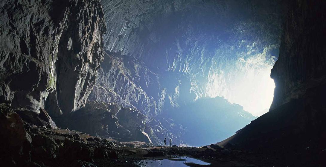 Оленья пещера, Малайзия До того, как был обнаружен Сон-Донг, Оленья пещера считалась самой глубокой пещерой в мире. В настоящий момент, пещера лидирует по количеству туристов, посещающих ее — каждый год в подземелья спускается более 25 тысяч человек. Такой поток совсем неудивителен, ведь только тут можно посмотреть на уникальные спелеообразования — строматолиты, которые настолько причудливы, что имеют сходство с диковинными фантастическими животными.