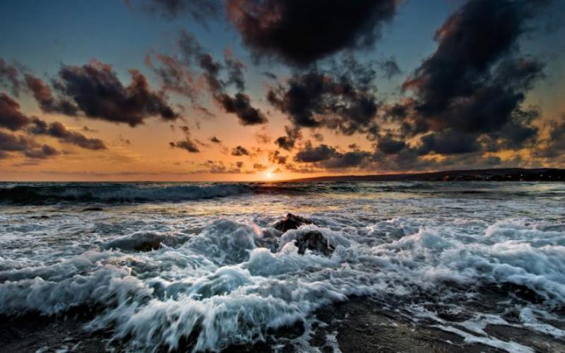 Что нас ждет в этом году В Национальном управлении океанических и атмосферных исследований уверены, что Эль-Ниньо, который сейчас копит силы над океаном, станет одним из самых мощных в истории. Его пик придется на ноябрь и декабрь этого года, а слабеть он начнет только в следующем году. Так что, по данным метеорологов, нас ожидает еще один жаркий во всех смыслах год. Тем временем климатологи бормочут мрачные пророчества о том, что погодные аномалии, подобные Эль-Ниньо, будут становиться все сильнее по мере разогрева атмосферы планеты под действием парникового эффекта. Действительно ли апокалипсис придет с этой стороны, точно сказать никто не может.