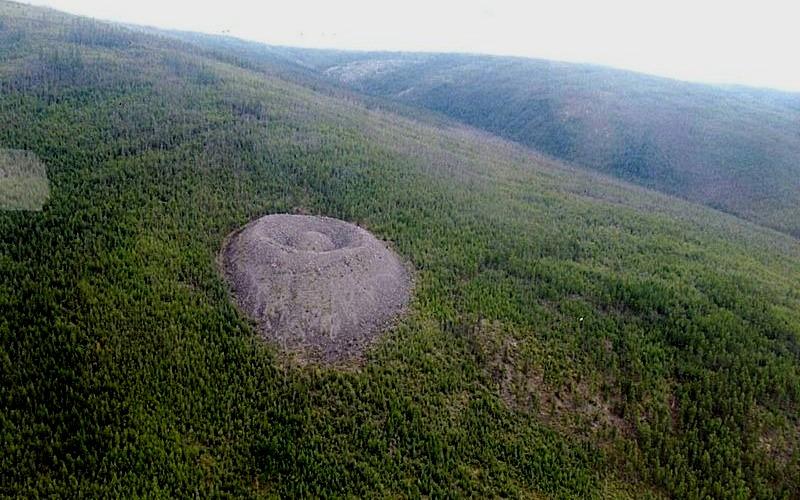 Гипотеза газового вулкана Более поздние исследовательские работы на кратере дали, наконец, более-менее подходящее объяснение. Кратер появился в результате процессов заморозки и оттаивания пород, аналогично криовулкану на спутнике Юпитера Ио. Подземные воды, находившиеся в концентрированном виде, намерзали в течение всего малого ледникового периода, пик которого приходился как раз на середину 17 века (т.е. около 500 лет назад). Процессы, вызванные сезонным оттаиванием льдов и давлением пород, спровоцировали разрушительный по своей силе гидроудар, разметавший известняковые глыбы как детские кубики, что привело к образованию кратера. Вся энергия, накопленная водой, вырвалась наружу и частично передалась растущим вокруг лиственницам, стимулируя их ускоренный рост. Гипотеза криогенного происхождения пролила свет на многие, но отнюдь не на все загадки, связанные с Патомским кратером. Узнаем ли мы когда-нибудь истинную причину возникновения такого необычного природного объекта как Патомский кратер, зависит только от будущих исследований.