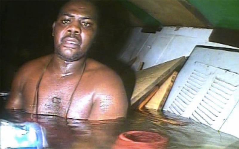 Харрисон Окене В 30 километрах от побережья Нигерии в мае 2013 года затонул буксир. Погибли все члены экипажа, кроме судового повара. Харрисон же родился в рубашке: ему удалось найти каюту, в которой образовался воздушный карман. В этой каюте, на глубине 30 метров, он провел 62 часа. Кока нашли водолазы, которых направили для поисков и подъема тел членов экипажа.