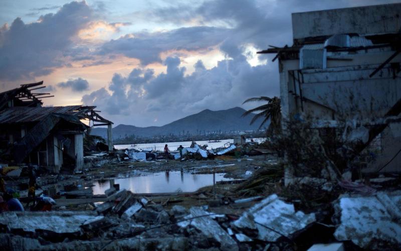Супертайфун Йоланда (Хайянь) 8 ноября 2013 года супертайфун, несущий с собой ветер скоростью 315 км/ч (отдельные порывы до 379 км/ч), поднял волны высотой до 5 метров, которые обрушились на Филиппины. Ураган пришел с восточного побережья острова Самар и начал несущий смерть и разрушение поход через центральную часть страны. Известно более чем о 8000 погибших и пропавших без вести. По данным ООН от тайфуна пострадало свыше 11 миллионов человек, в основном жители Филиппин и Вьетнама.