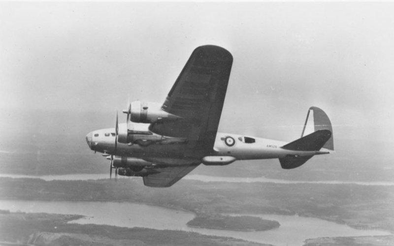 Самолеты на экспорт В-17 все время дорабатывали: в новых моделях ставили только лучшие двигатели и усиливали вооружение (количество пулеметов со временем увеличилось с 9 до 12!). В марте 1941 года 20 машин В-17С были отправлены в Англию королевским ВВС. Англичане с новой техникой справлялись не слишком удачно – вскоре после прибытия было разбито четыре машины.