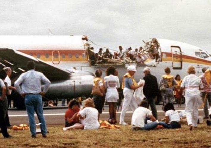 243 Aloha Airlines Год аварии:1988 Модификации:ужесточение требований осмотра и технического обслуживания  Во время следования борта Boeing 737 авиакомпании Aloha из аэропорта Хило в аэропорт Гонолулу у самолета внезапно отвалилась часть фюзеляжа, создав для пассажиров экстремальные условия полета: открытое небо над головой, ураганный ветер и – 45 °C. Лайнер удалось благополучно приземлить в Гонолулу. 94 пассажира выжило, отделавшись ранениями разной степени тяжести. В результате аварии погибла одна из бортпроводниц. Национальный совет по безопасности транспорта NTSB назвал причиной инцидента ряд факторов, в числе которых были коррозия, плохая эпоксидная связка частей фюзеляжа, усталость заклепок, повреждения фюзеляжа. Обнаруженные неисправности повлекли за собой ужесточение требований осмотра и технического обслуживания самолетов, совершающих короткие рейсы с бессчетным количеством циклов взлета-посадки.