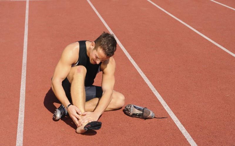 Лед vs молочная кислота Лед может быть эффективным средством восстановления выносливости у спортсменов. Когда уставшие атлеты прикладывают лед к своим мышцам, они таким образом снижают поступление в кровь побочных продуктов обмена веществ (таких как молочная кислота). Охлаждение льдом сужает кровеносные сосуды, что даст больше времени для расщепления этихвеществ. Правда, если ты не спортсмен мирового класса и не занимаешься экстремальным вейтлифтингом, лед после обычной тренировки тебе ни к чему.