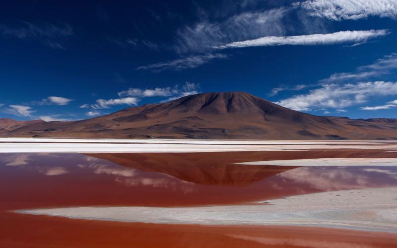 Озеро Лагуна-Колорадо Потоси, Боливия  Мелкое минеральное озеро Лагуна-Колорадо (в переводе «Красная Лагуна») содержит соли, придающие воде ядрено-ржавый цвет. Там же, в национальном заповеднике Эдуардо Авароа, находится другое красочное озеро –Лагуна-Верде.