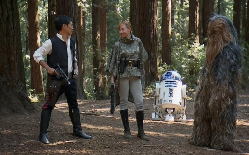 Эвоки –это не только ценный мех К счастью, не все плюшевое в «Звездных войнах» постигла участь таунтауна – каждый, кто смотрел «Звездные войны», помнит эвоков: трогательных мишуток, которые дерутся примитивными палками-копалками, но обладают при этом хорошей соображалкой. В шестом эпизоде «Звездных войн», когда Лея, Хан Соло, Люк и их единомышленники попадают на планету эвоков, те помогают им отбить атаку внезапно нагрянувших имперцев и отключить генератор силового поля. И это при том, что незваные гости вооружены до зубов, а у эвоков из оружия только интеллект да пара бревен, которыми они умудряются расплющить имперский танк-шагоход в лепешку. Для того чтобы проверить эту сцену, Разрушителям пришлось соорудить огромную деревянную конструкцию, а в роли танка выступил обычный фургон, который расплющило бревнами в два счета. Но даже вторая попытка показать, что идея эвоков была не очень, провалилась – бронированный автомобиль, который больше походил на танк врагов, тоже не устоял против силы бревен. Что ж, и этот эксперимент получил статус «подтверждено».