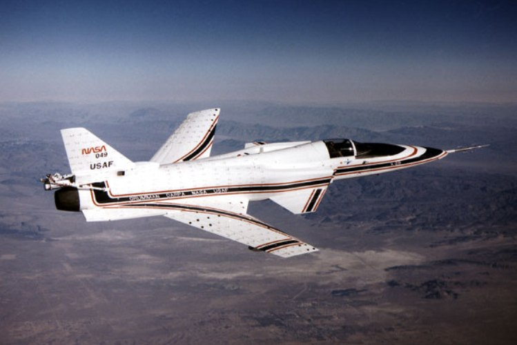 Х-29. 1984 год Посмотрите на Х-29, и вы сразу заметите, что не так с этим самолетом: его стреловидные крылья развернуты в обратную сторону. Такая конструкция должна была уменьшить лобовое сопротивление, однако увеличение статической неустойчивости привело к тому, что самолет мог летать только под контролем системы компьютерного управления полетом «Fly-by-wire». Х-29 стал одним из последних самолетов, над которыми экспериментировали с крыльями обратной стреловидности.