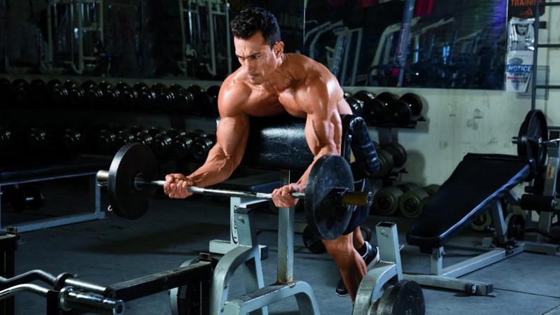 Освою технику в процессе Фитнес-тренеры не зря едят свой хлеб: понимание того, как работает тело, дает возможность выполнять упражнение правильно и нагружать нужную группу мышц — а не, к примеру, свой хрупкий позвоночник. Не стоит и браться за снаряд, если вы в точности не знаете, что с ним делать. В лучшем случае мышца будет просто работать с предельно малым КПД. В худшем — повидаетесь с семейным доктором.
