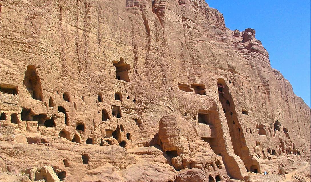 Пещеры Бамиян Афганистан До того, как длинный ряд войн превратил Афганистан в место, куда не ступает нога туриста, пещеры Бамиян были одной из самых известных достопримечательностей страны. Они были созданы двумя тысячами буддистких монахов, которые жили здесь отшельниками. В дальнейшем же, пещеры использовались талибами в качестве укрытия.
