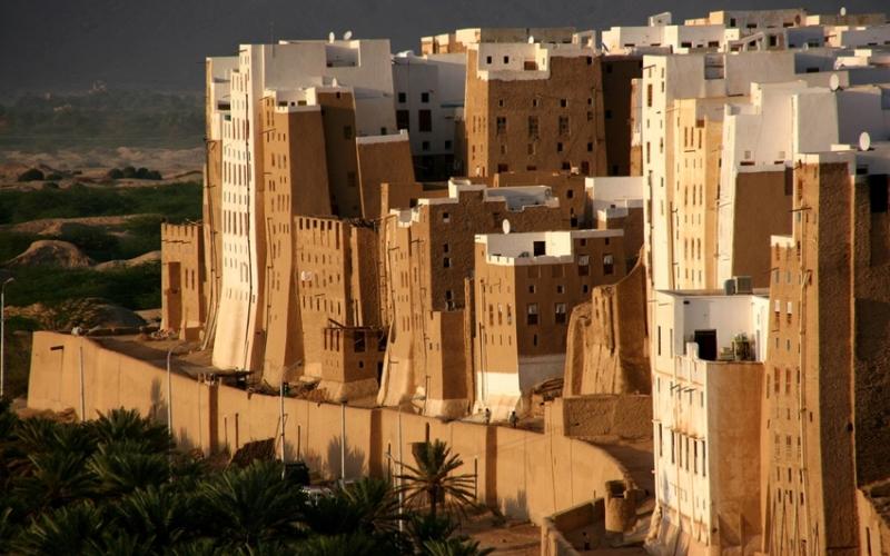 Шибам Йемен – страна с богатой и очень древней историей, которая из-за особенностей климата является одним из самых малоисследованных туристами уголков Земли. Приехать сюда отваживаются лишь самые преданные фанаты экстремального туризма. А ведь посмотреть здесь есть на что: взять, к примеру, город Шибам – настоящий Манхэттен, расположившийся в центре пустыни. Его гордость – это около 500 небоскребов, самых древних на планете, выстроенных из необожженных глиняных кирпичей и камней без использования каких-либо связующих элементов. Постройки выполнены так искусно, что, несмотря на свой солидный возраст (а некоторым из около тысячи лет, а то и больше), они безо всякого ремонта исправно выполняют свое прямое назначение.