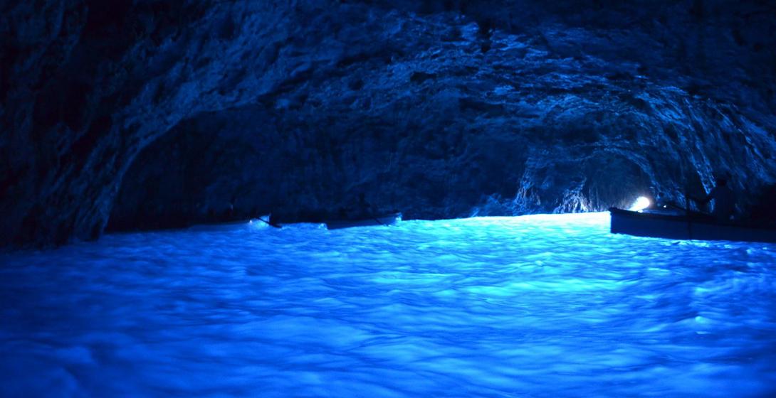 Голубой грот, Италия Представьте себе самый глубокий синий цвет в подземных галереях, созданных самой природой, и поймете, почему гроты на острове Капри считаются одним из самых прекрасных мест мира.