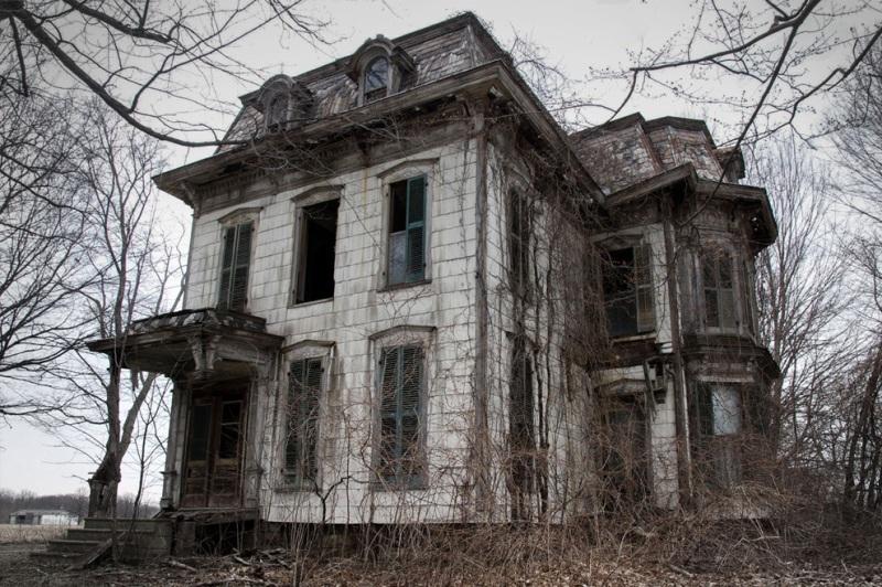 Особняк «Милан» пользовался дурной славой в округе. Говорят, что там жила практикующая ведьма, и соседи побаивались этого места. Ходят слухи, что после смерти ведьму захоронили прямо в доме.