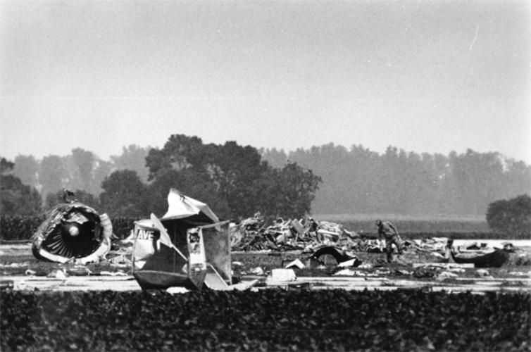 UA 232 Год аварии:1989 Модификации:предохранительные клапаны в гидравлической системе  Авария произошла спустя несколько минут после того, как самолет компании United Airlines вылетел из аэропорта Степлтон города Денвер. У лайнера разрушился вентилятор двигателя, обломки которого, общей массой порядка 160 кг, повредили гидравлическую систему и плоскость горизонтального оперения. Это привело к полной потере гидравлической жидкости и рулевому управлению. Рабочими двигателями оставались только два, расположенные на крыльях, при этом борт имел правый крен, который продолжал нарастать вследствие полученных повреждений. Пилотам удалось вывести самолет из крена, и по указаниям диспетчера борт должен был совершить аварийную посадку. Во время нее самолет поймал порывистый ветер, от которого правое крыло опустилось, зацепило землю и отвалилось. Следствием этого стало то, что борт сошел с полосы, перевернулся, развалился на несколько частей и загорелся. Из 285 пассажиров лайнера выжили 184, включая пилотов. Официальной причиной аварии была признана усталостная трещина в роторе вентилятора, оставшаяся незамеченной в ходе технического осмотра, и отсутствие в конструкции гидрозамков. В результате обязательными элементами конструкции стали предохранительные клапаны в гидравлической системе. В дополнение к этому была усовершенствована процедура освидетельствования двигателей.